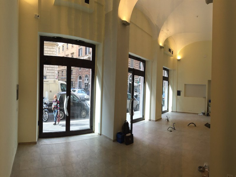affitto negozio roma centro con canna fumaria